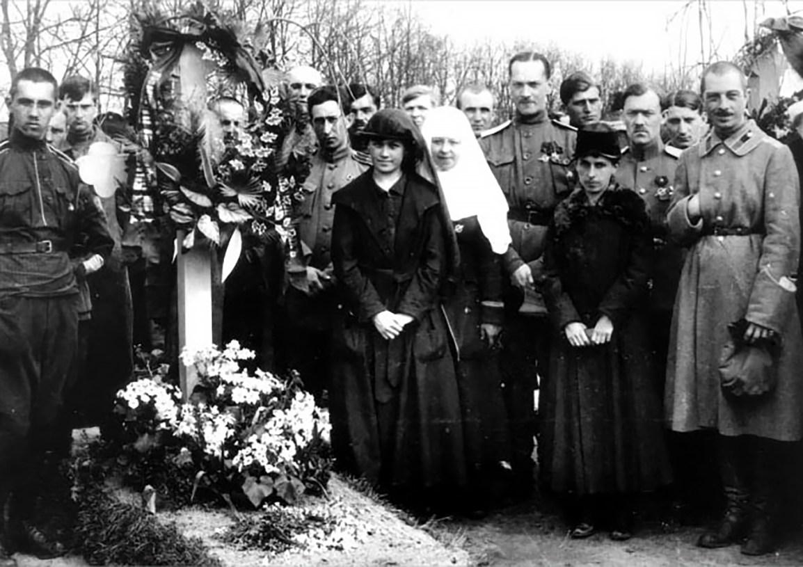 -у-могилы-Корнилова