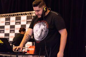 Raul Aro, modelo e DJ, faz set para mexer o corpo no Pop Plus
