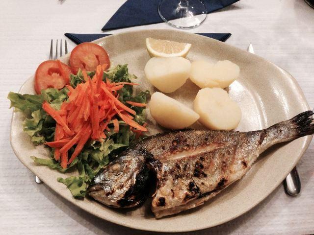 grillowana ryba z gotowanymi ziemniakami i prostą sałatką - klasyczne restauracyjne danie