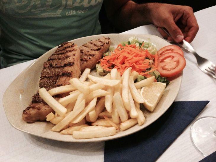 portugalia jedzenie - stek o stopniu wysmażenia rare - kelner za wczasu informuje, iż kucharz przygotowuje go wyłącznie w taki sposób; mimo obaw, stek był mistrzowski