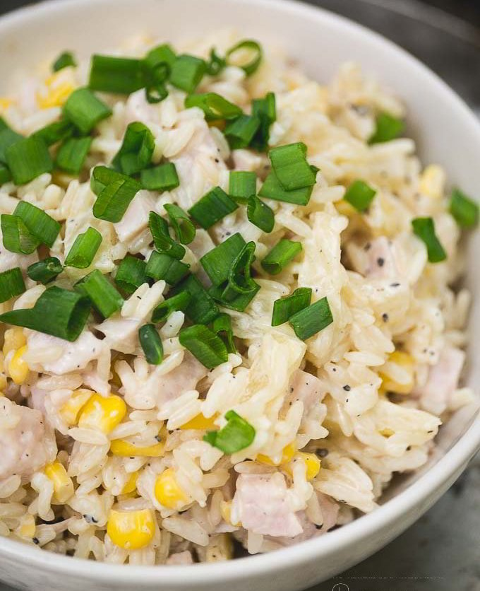 Sałatka z ryżem, szynką i kukurydzą, przepis