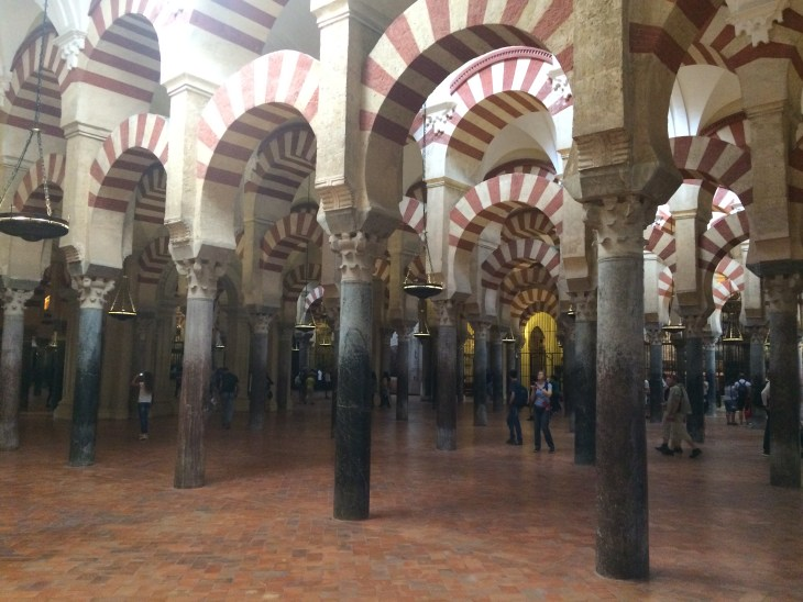 wnętrze Mezquity - ciężko zrobić zdjęcie bez tłumu turystów