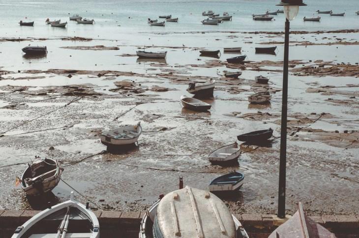 Kadyks - łodzie rybackie w czasie odpływu, Hiszpania, Andaluzja
