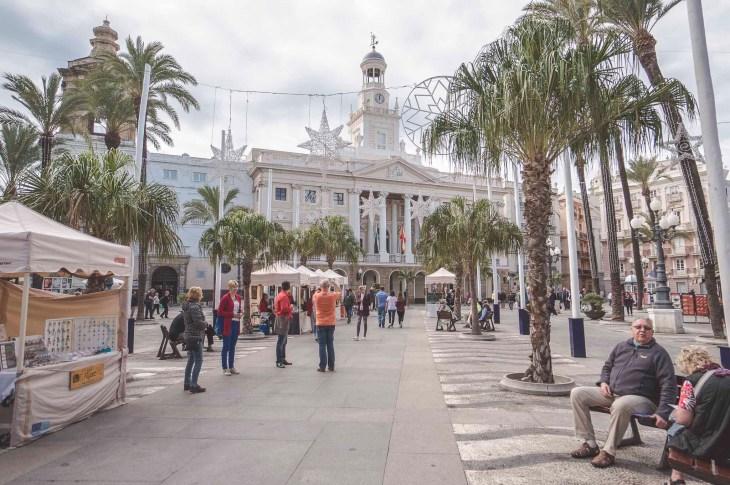 ratusz miejski, palmy i świąteczne dekoracje