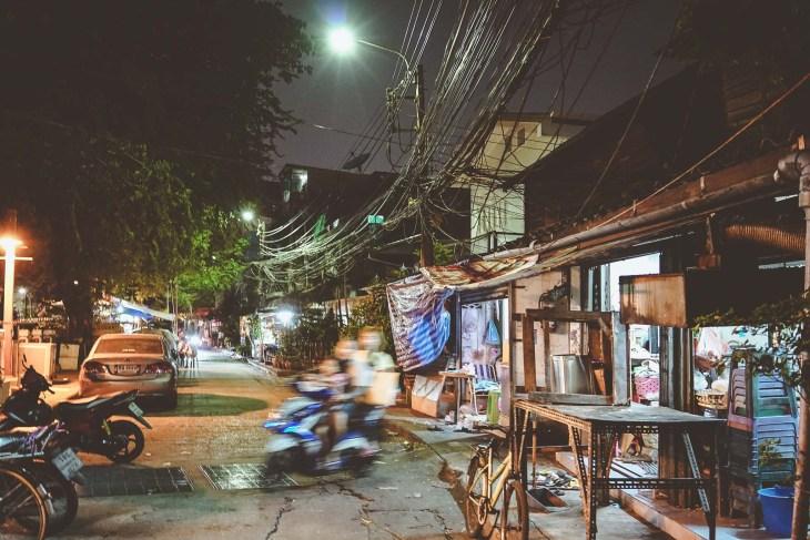 pędzący skuter w uliczkach Bangkoku