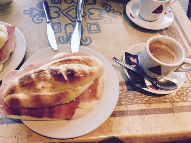 śniadaniowa boccadillo z szynką (jamon) i serem (queso)