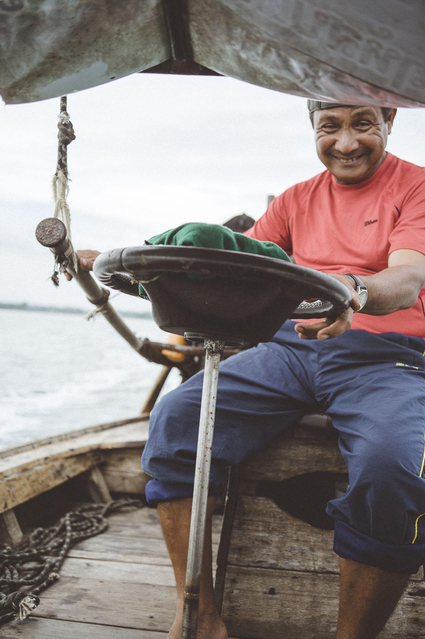 Kapitan long tail boat z uśmiechem na twarzy