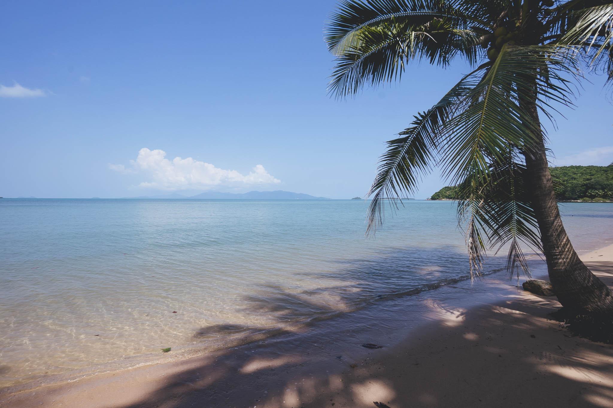 Rajski widok na końcu plaży Bophut, w kierunku Big Buddha