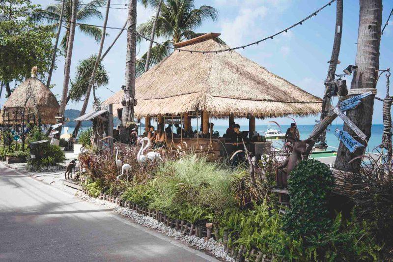 Coco Tam's to bar i restauracja na plaży z prawdziwego zdarzenia