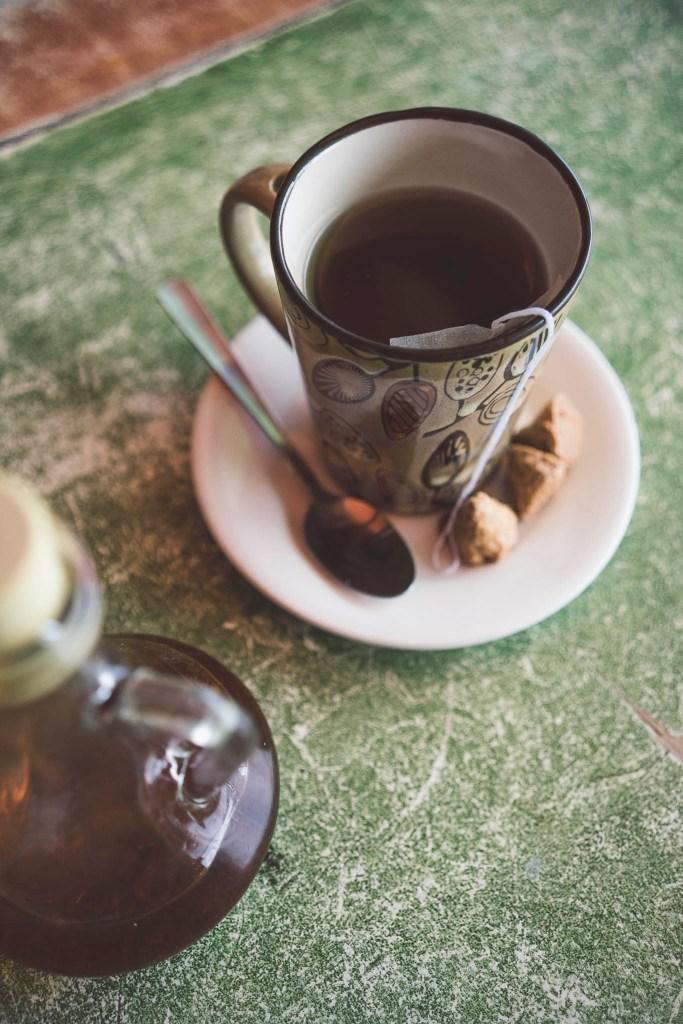 Kape Mais - lokalna kukurydziana kawa, czyli kawa zbożowa :-) podawana z pysznymi ciasteczkami Peanut Kisses