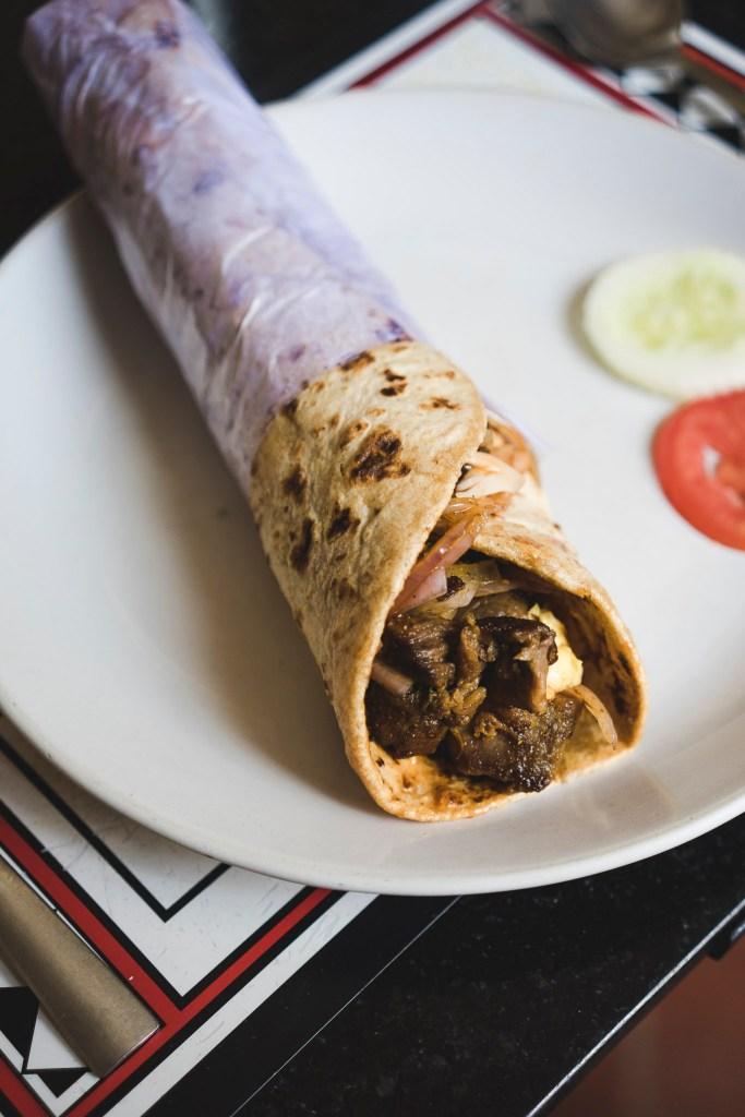 jedno z flagowych dań restauracji Dal Roti - wrap z chlebka roti z warzywami i serkiem paneer