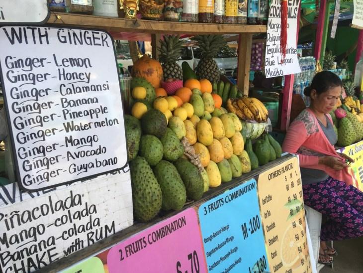 Stacja z owocowymi szejkami - pierwszy owoc od lewej strony to właśnie Gujabano