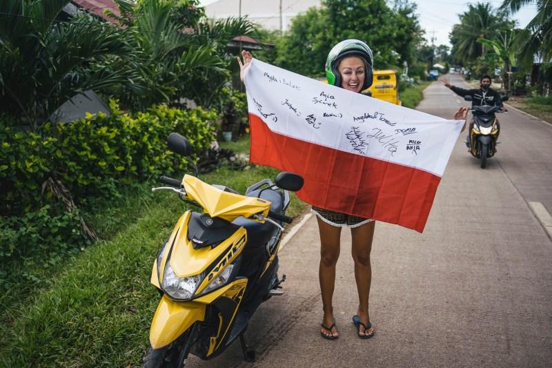 Pamiątkowe zdjęcie z Flagą i filipińskim pozdrowieniem