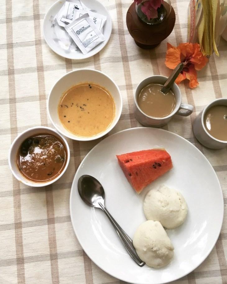 od lewej - sambar, coconut chutney i kawa, na talerzu delikatne idli