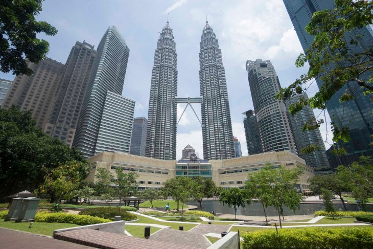 chociaż zdjęcie bardziej przypomina makietę niż realną fotkę to tak to właśnie wygląda - wysmakowane wieże, a tuż pod nimi elegancki park