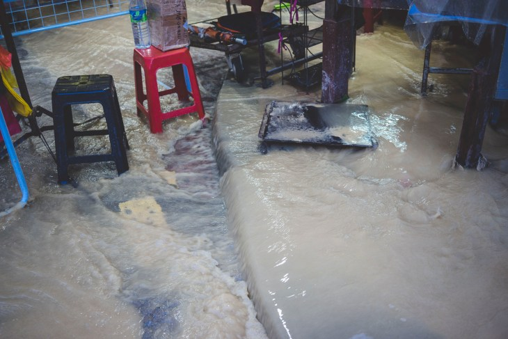 chwilowa powódź przez oberwanie chmury - dzień jak co dzień