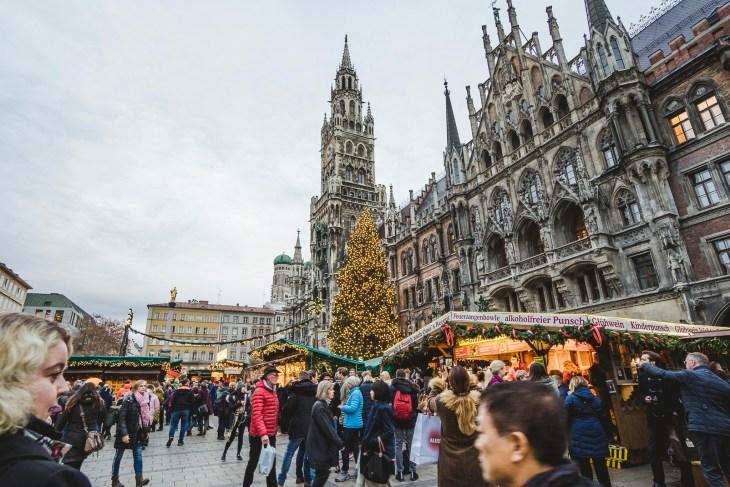 Marienplatz z zielonymi kopułkami w tle