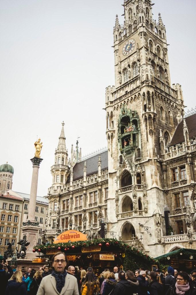 piekny Nowy Ratusz w Monachium, zachwyca zdobieniem i ogromem