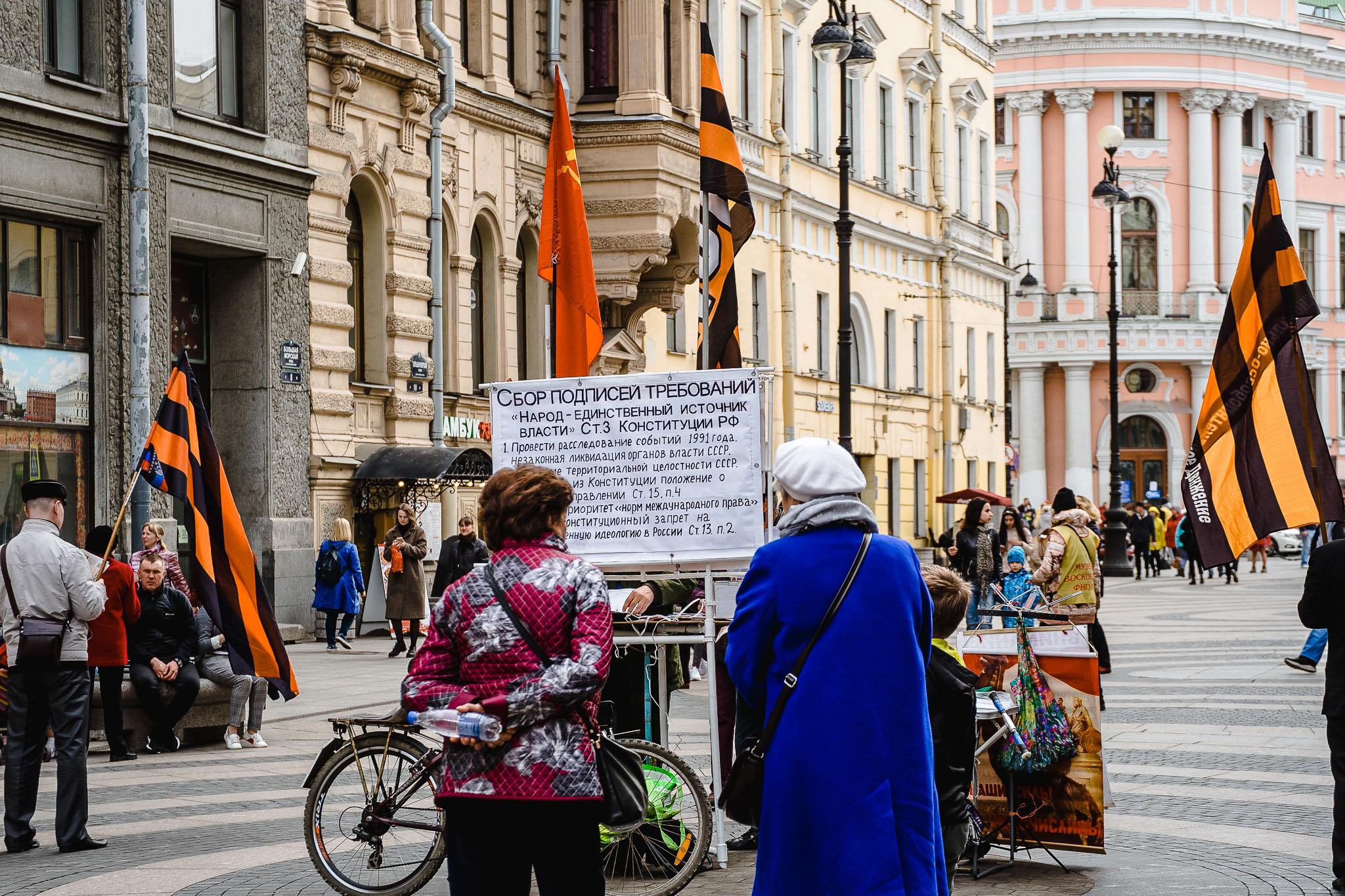 zbieranie podpisów na ulicy odchodzącej od Placu Pałacowego