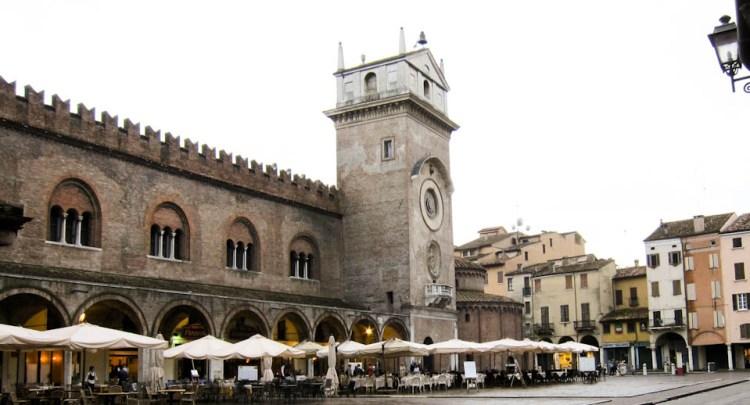 Piazza-delle-Erbe-in-Mantova