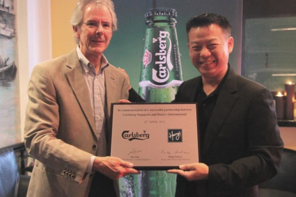 plaque-presentation-by-mr-bart-lim-to-commemorate-the-carlsberg-and-harry_s-partnership
