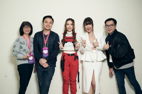 Pictured from left to right: Nadia Chang (Deputy General Manager, Sony Music Entertainment Taiwan), Kevin Foo (General Manager, Sony Music Entertainment Taiwan), G.E.M., A-Lin, William Hsu (Deputy General Manager, Sony Music Entertainment Taiwan)