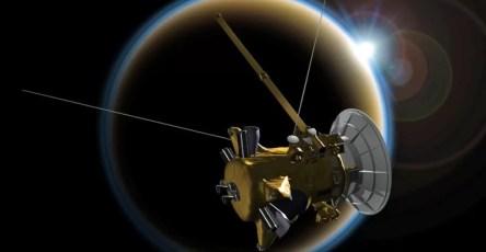 кольца Сатурна стекают на планету