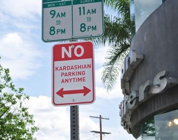 Placas que proíbem Kardashians de estacionar aparecem em Hollywood
