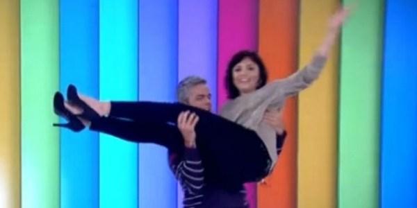 """Monica é carregada por Otaviano e """"agarra"""" Caio Castro no """"Vídeo Show"""""""