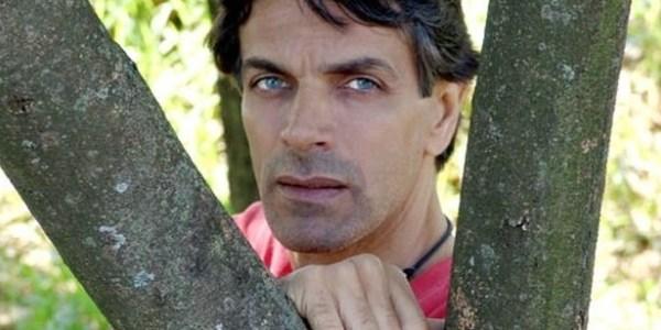 """Ator de """"Xica Silva"""" volta ao teatro e aguarda convites para novelas"""