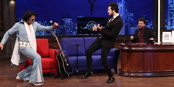 """""""Ganho calcinha, sutiã e até coelho"""", declara Luan Santana no """"The Noite"""""""
