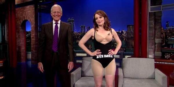 Tina Fey tira o vestido para presentear David Letterman e fica só de maiô