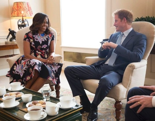 Príncipe Harry recebe Michelle Obama para chá no Palácio de Kensington
