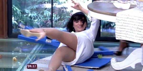 """No """"Mais Você"""", Moniza Iozzi leva tombo e arranca gargalhadas de Ana Maria"""