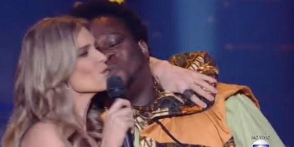 Sem querer, Fernanda Lima e vocalista de banda trocam selinho ao vivo