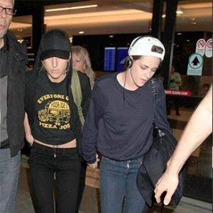 Mãe de Kristen Stewart confirma e aprova namoro da filha com outra mulher