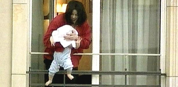 Aos 13 anos, filho caçula de Michael Jackson muda seu nome na escola