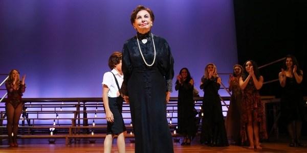 Atriz Beatriz Segall cai no palco e passa por cirurgia no braço