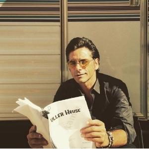 """John Stamos mostra 1ª foto das gravações da sequência de """"Três É Demais"""""""