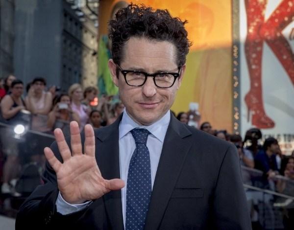 "J.J. Abrams fraturou coluna durante filmagens de novo ""Star Wars"""