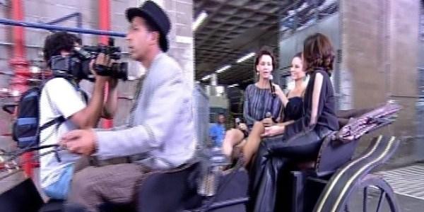"""Fátima Bernardes anda de charrete na Globo com atrizes de """"Além do Tempo"""""""