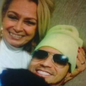 """Mãe do cantor Latino desabafa: """"Não acredito nesses boatos de chifre"""""""