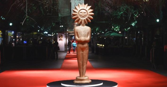 06ago2015---o-premio-kikito-decora-o-tapete-vermelho-do-43-festival-de-cinema-de-gramado-1439249043164_956x500
