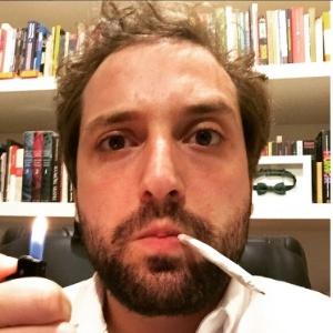 Duvivier posa com cigarro suspeito e pede a descriminalização das drogas