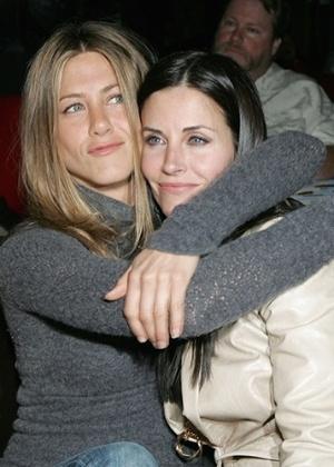 """Monica de """"Friends"""", Courteney Cox foi dama do casamento de Aniston"""