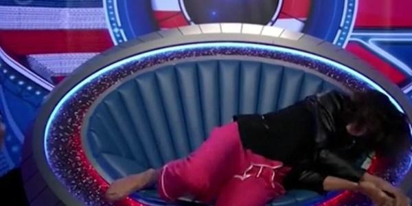 """Modelo participante do """"Big Brother"""" no Reino Unido desmaia ao vivo"""