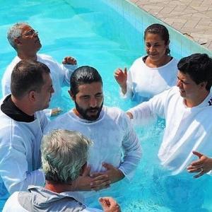 Prestes a ser pai, Sandro Pedroso é batizado