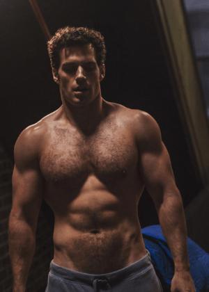 Henry Cavill tira foto sem camisa e mostra toda a força do Super-Homem