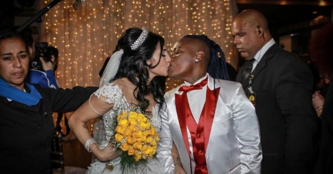 13jun2016---thalyta-e-pepe-se-beijam-apos-oficializarem-o-casamento-em-festa-para-convidados-famosos-em-sao-paulo-1465868368726_956x500