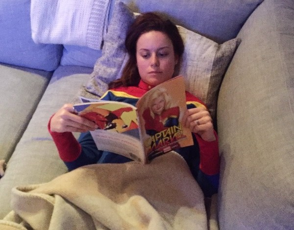 "Brie Larson ""estuda"" gibi vestida com uniforme da Capitã Marvel"